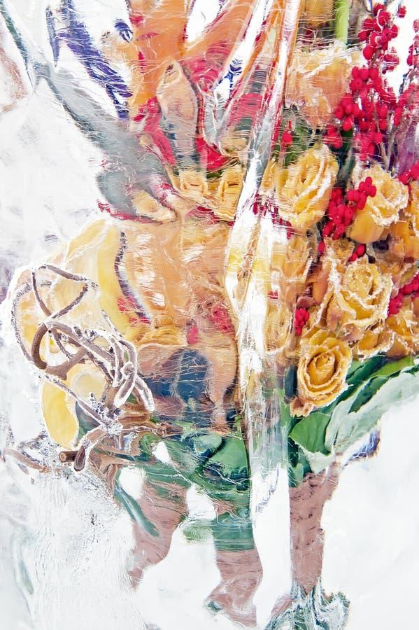 垂直黄色的玫瑰冻结花束  免版税图库摄影