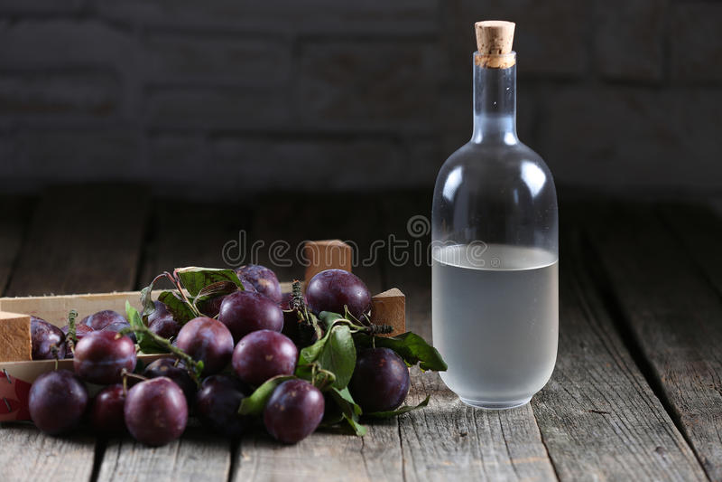 垂直白兰地酒,罗马尼亚tuica 免版税库存图片