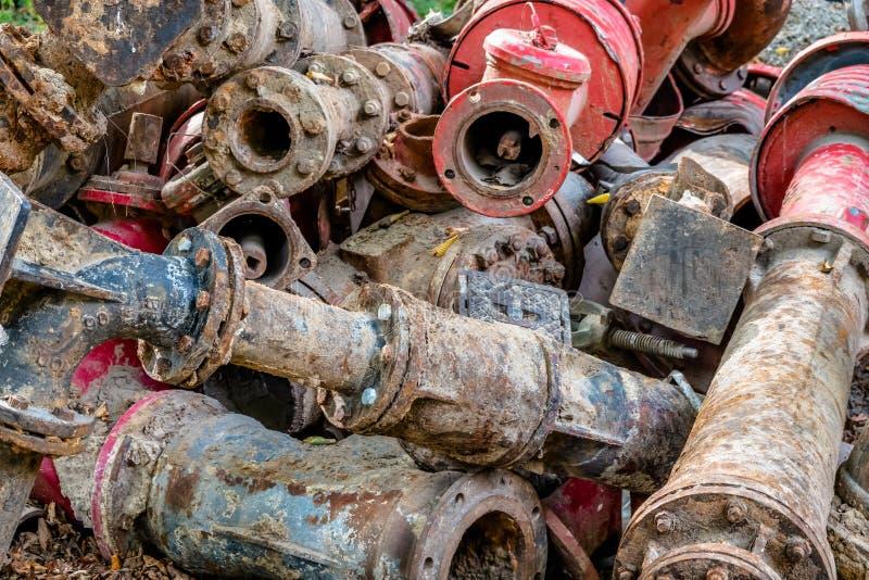 垃圾和废物堆在建筑工作以后在地下气体和水管道 库存图片