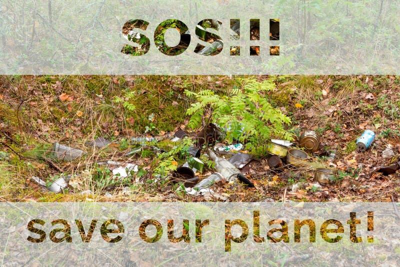 垃圾在森林,题字SOS里和保存我们的行星,生态概念 库存照片