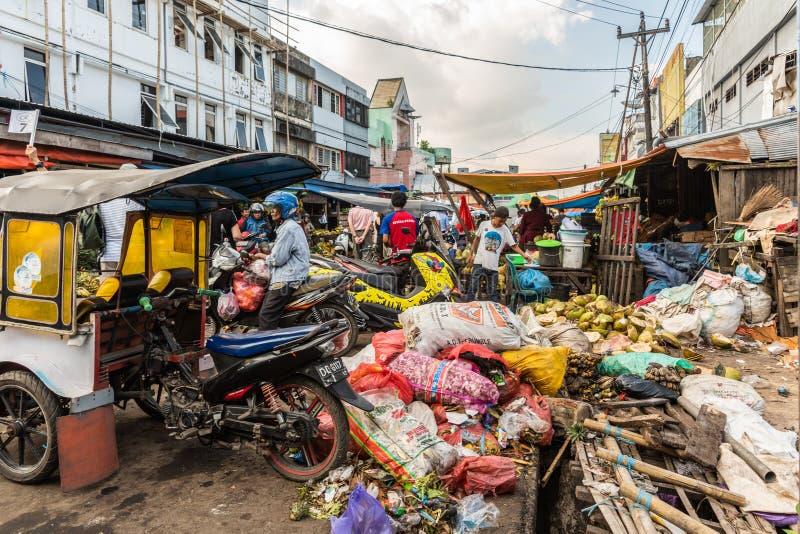 垃圾在Terong街市上在望加锡,南苏拉威西岛,印度尼西亚 免版税库存图片