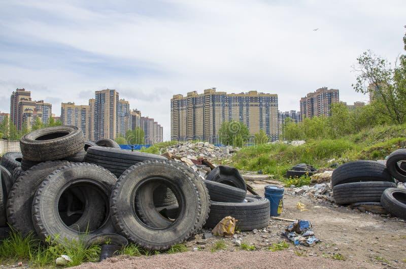 垃圾填埋的问题,环境污染的处理在大城市的问题和废物 垃圾在住宅区 免版税库存照片