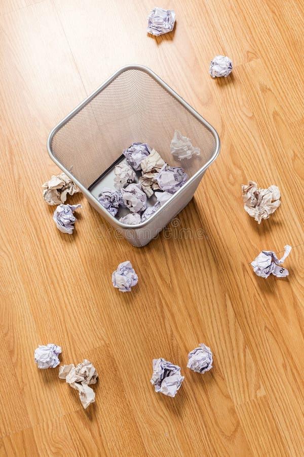 垃圾桶和纸球 免版税库存图片