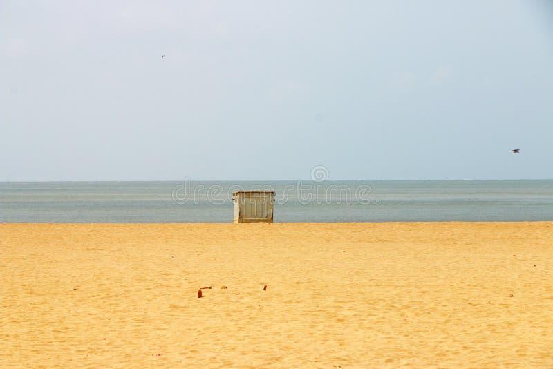 垃圾桶在海滩孟买印度的垃圾箱 库存图片