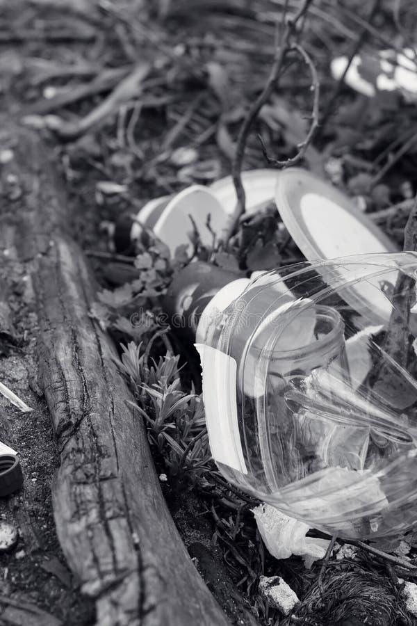 垃圾水平的看法从塑料瓶、一次性杯子和塑料袋的 环境污染的概念社会问题 免版税库存照片