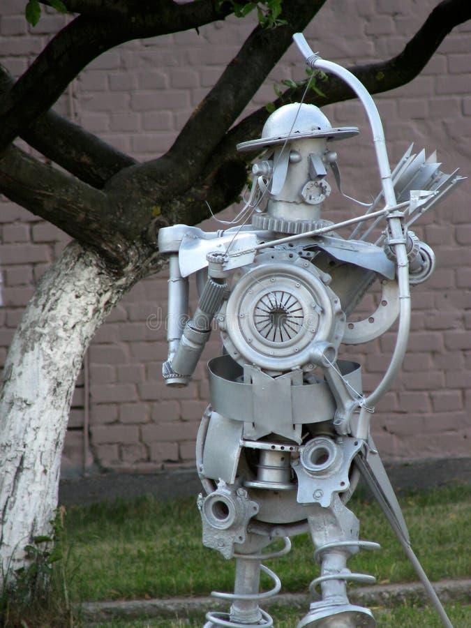 垃圾艺术老汽车详述射手滑稽的金属雕塑  库存图片