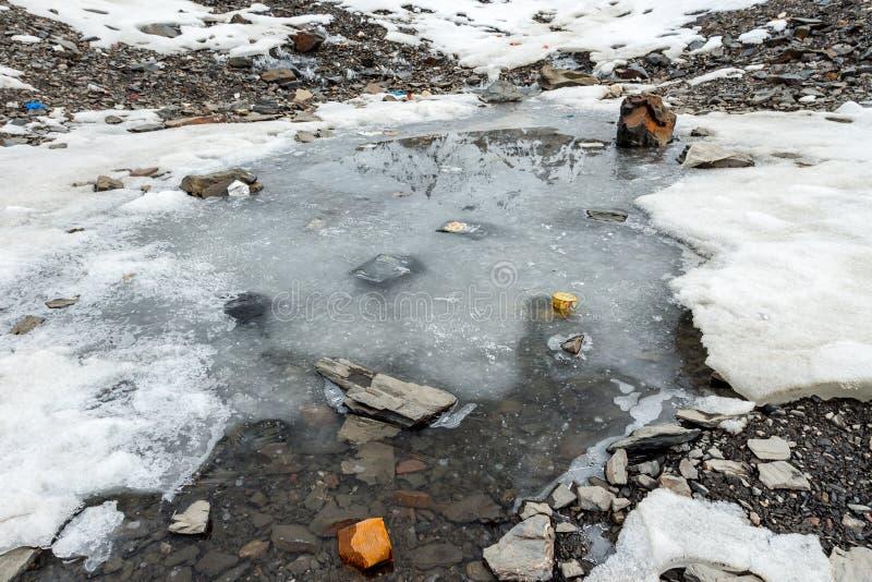 垃圾驱散在多雪的山 让我们保存行星和回收剩余垃圾 库存照片