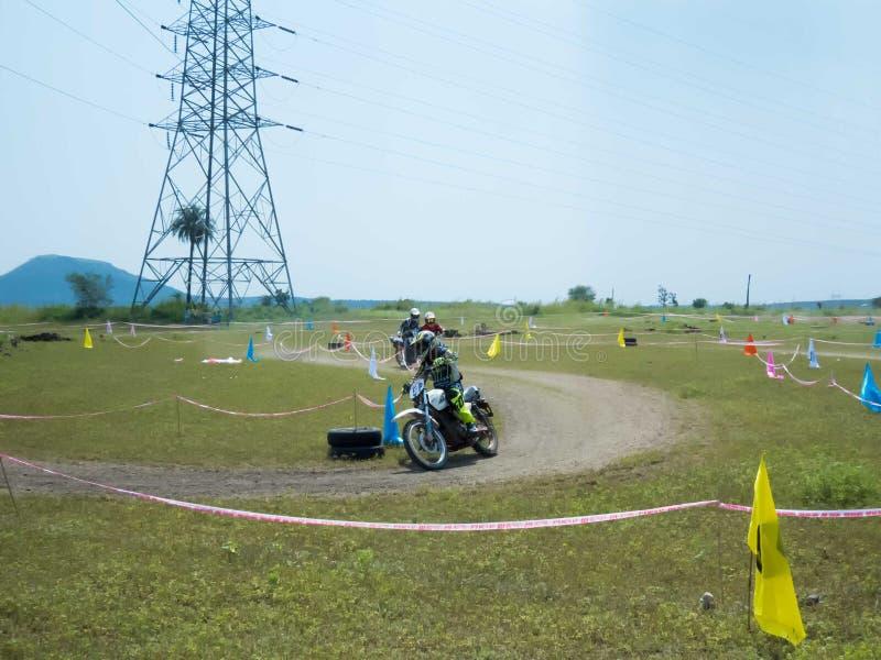 垄断在泥铺跑道的摩托车越野赛竟赛者 库存照片