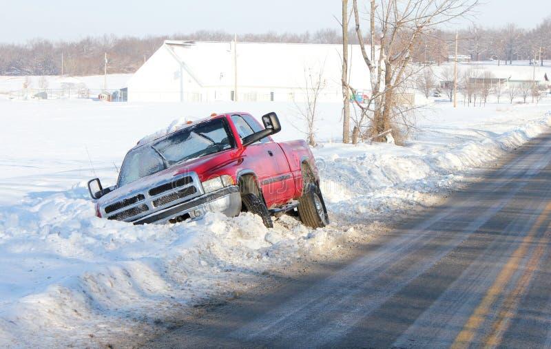 垄沟snowbank卡住的卡车 库存图片