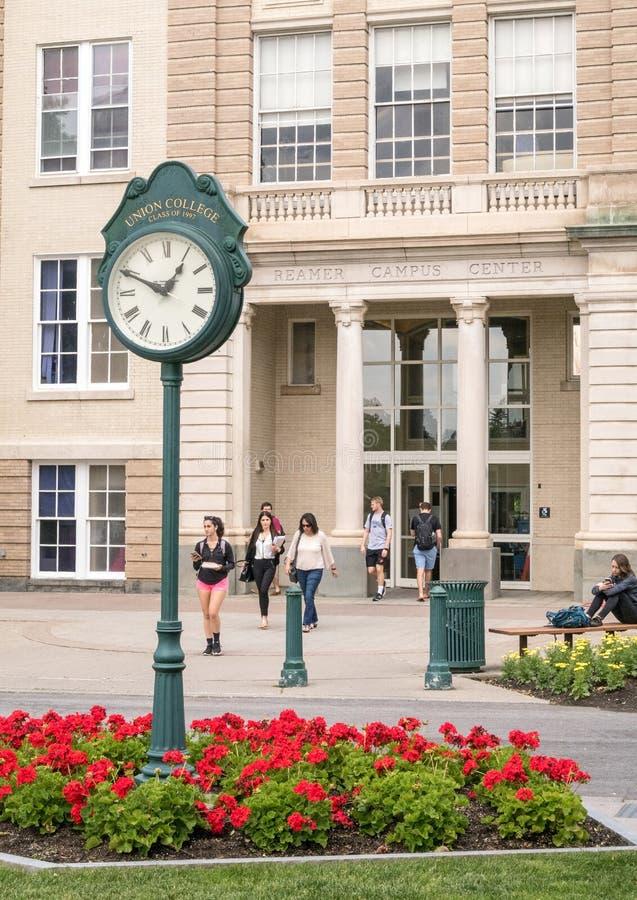 垫座时钟和庭院和学生协和学院 免版税图库摄影