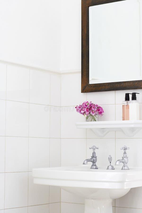 垫座水槽在卫生间里 免版税库存照片