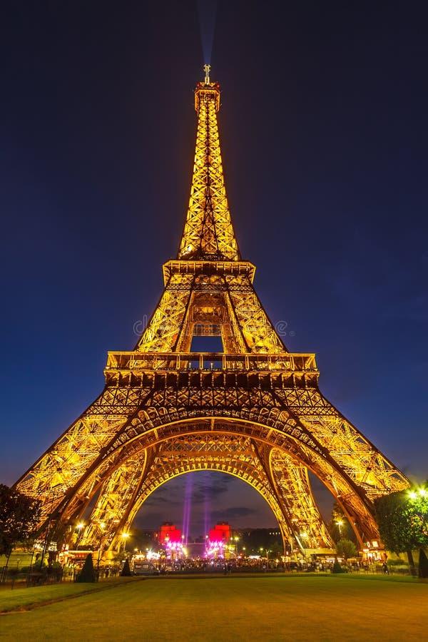 埃佛尔铁塔明亮地被照亮在黄昏 免版税库存图片