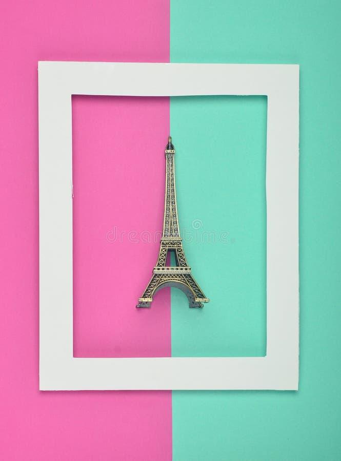 埃佛尔铁塔的纪念品小雕象在一个白色框架的在色的淡色背景 最低纲领派趋向 顶视图 免版税库存照片