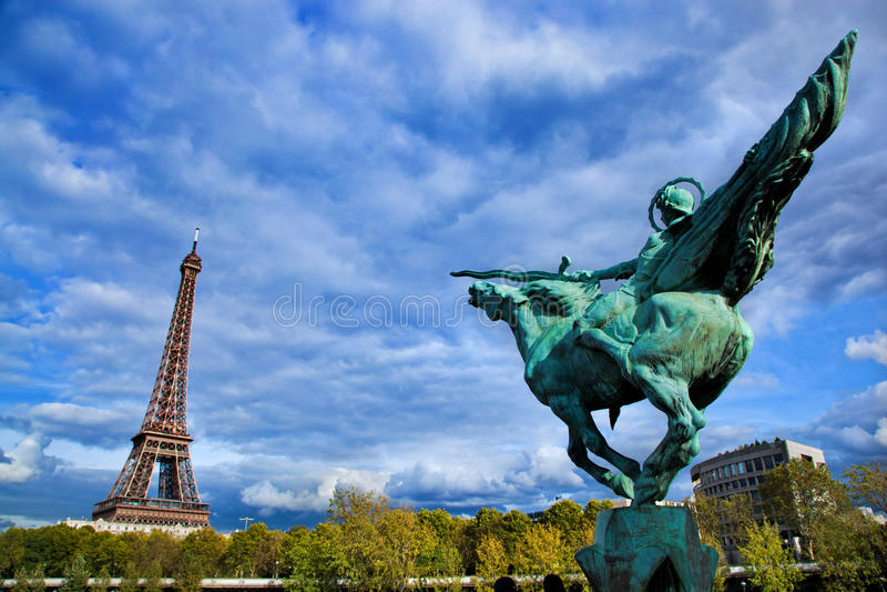 埃佛尔铁塔,巴黎, Fance。 Jeanne D'Arc雕象 库存图片