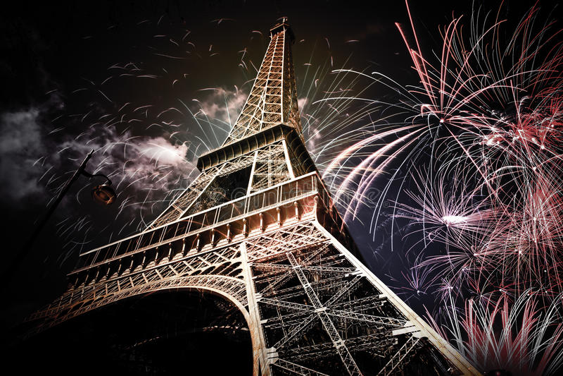Download 埃佛尔铁塔& X28; 巴黎, France& X29;使用烟花 库存照片 - 图片: 81938120