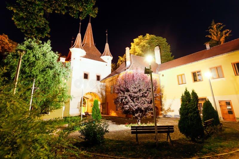 埃卡特琳娜门在晚上被照亮的塔后院,布拉索夫 免版税库存照片
