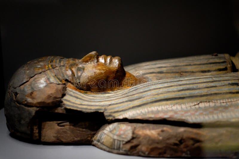 埃及妇女的古老木雕塑 免版税库存照片