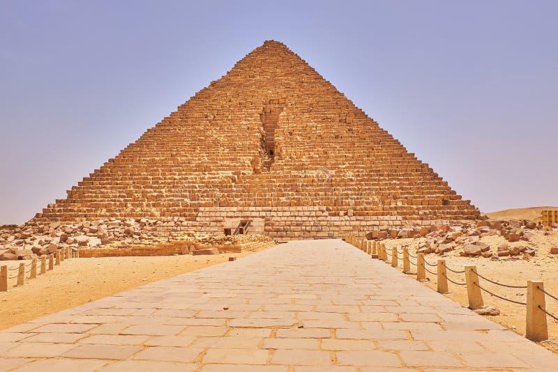 埃及开罗吉萨高原的门卡鲁金字塔 免版税库存照片
