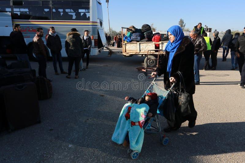 埃及当局今天再开在加沙和埃及之间的单一乘客横穿两个方向的 库存图片