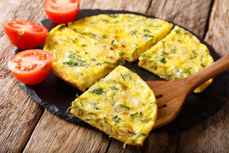 埃及早餐:与绿色的煎蛋卷Igga,葱特写镜头 贺尔 免版税库存照片
