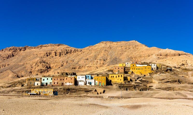 埃及村庄在沙漠 免版税库存图片