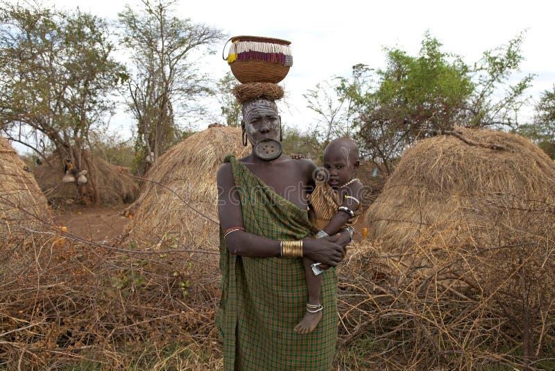 Mursi妇女和孩子,埃塞俄比亚 图库摄影