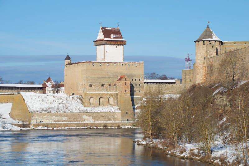 埃尔曼城堡的看法从纳尔瓦河的俄国边的 爱沙尼亚 免版税图库摄影