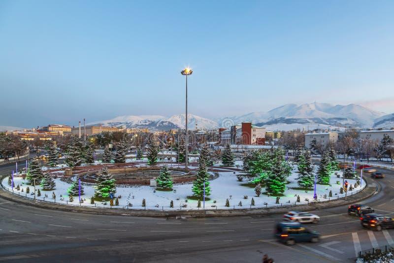 埃尔祖鲁姆都市风景与palandoken从ataturk大学街道的山 库存照片