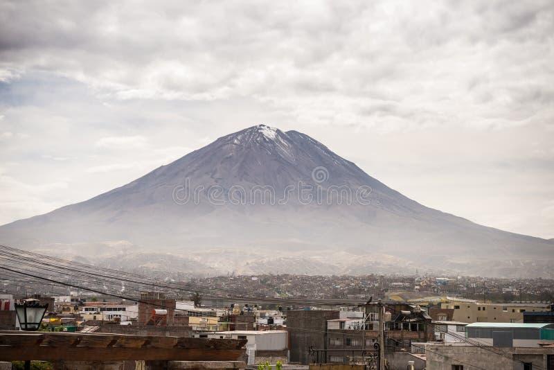 埃尔米斯蒂火山火山在阿雷基帕,秘鲁 库存图片