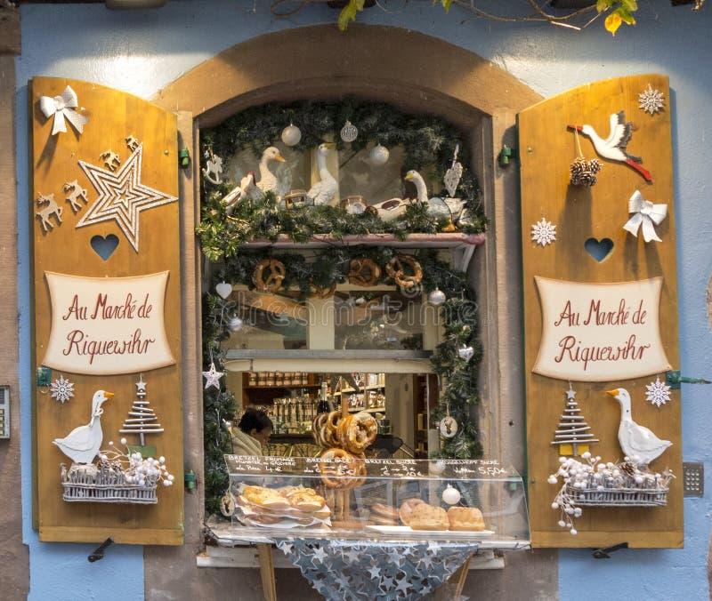 埃尔萨斯,法国- 2017年12月29日:在面包店商店窗口的圣诞装饰 在照片的噪声 免版税库存照片