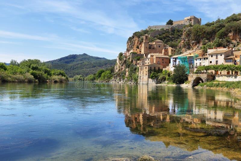 埃布罗河米拉韦村庄在卡塔龙尼亚 库存照片