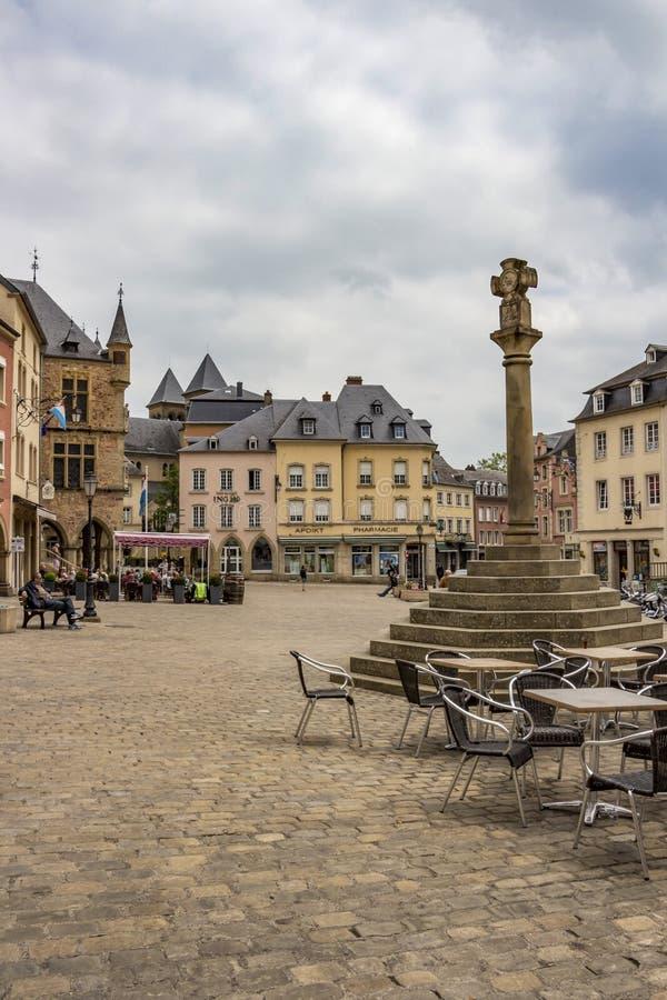 埃希特纳赫都市风景-卢森堡的最旧的镇与正义十字架和大厦在中央集市广场 免版税库存图片