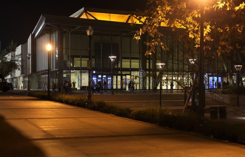 埃德温W Pauley帕维利恩在美国加利福尼亚大学洛杉矶加州大学洛杉矶分校校园里的晚上 库存图片