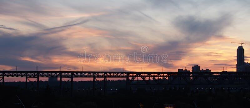 埃德蒙顿地平线、高级桥梁和日落 免版税库存图片