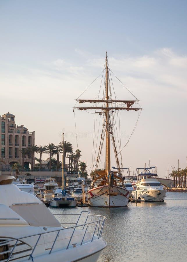 埃拉特、红海、小船和游艇在港口 免版税图库摄影