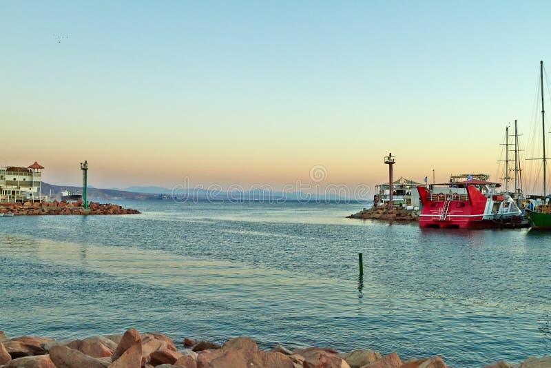 埃拉特海湾的看法与游艇的 库存图片