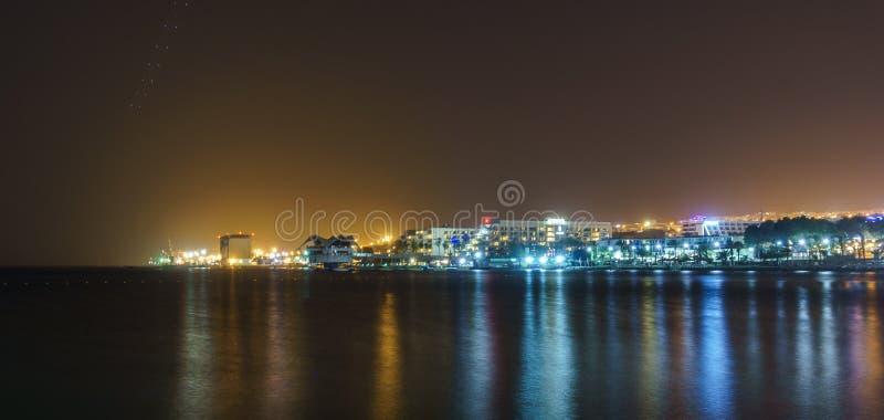 埃拉特,以色列- 2018年3月28日:夜视图的城市从海滩 库存图片
