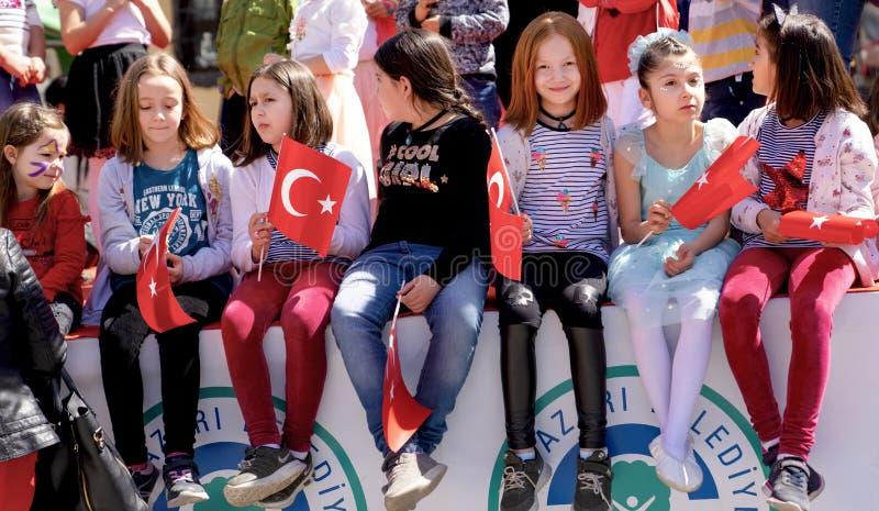 埃斯基谢希尔/土耳其4月23日2019年:有土耳其旗子的土耳其女孩享受4月23日全国主权和儿童节23 Nisan 图库摄影