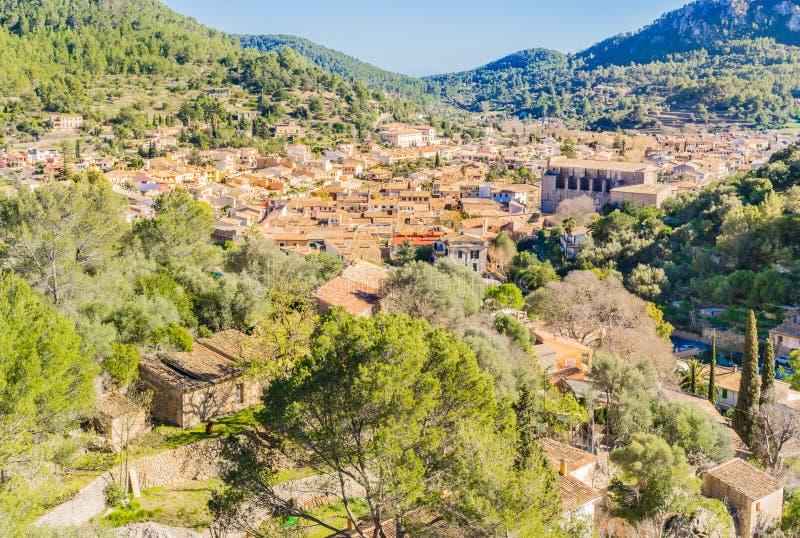 埃斯波尔莱斯小镇在马略卡海岛上的有美好的山风景的 库存照片
