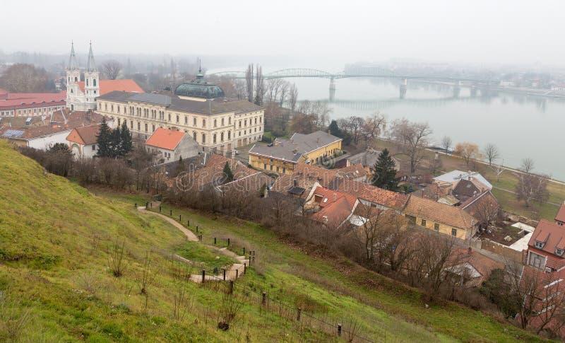 埃斯泰尔戈姆和玛丽亚瓦莱里亚桥梁在冬天,匈牙利看法  库存照片