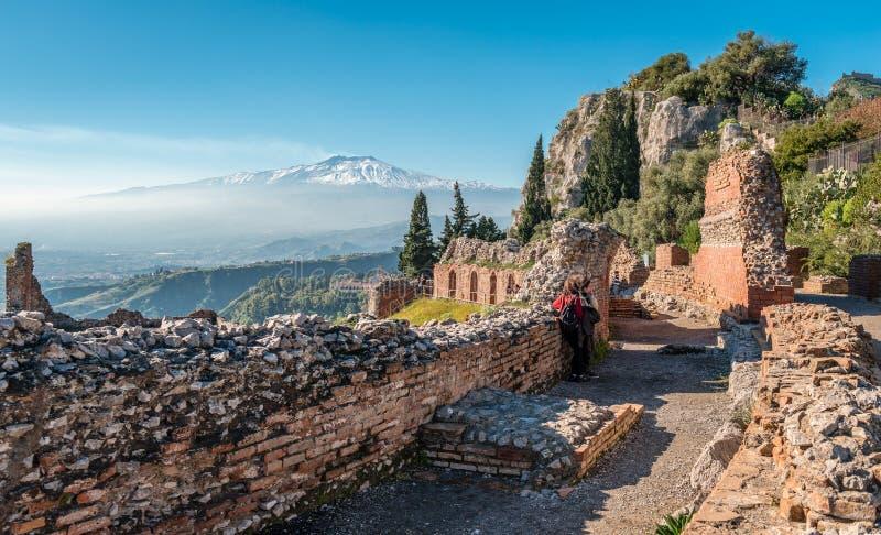 埃特纳火山,从Teatro格雷科,在陶尔米纳 库存图片