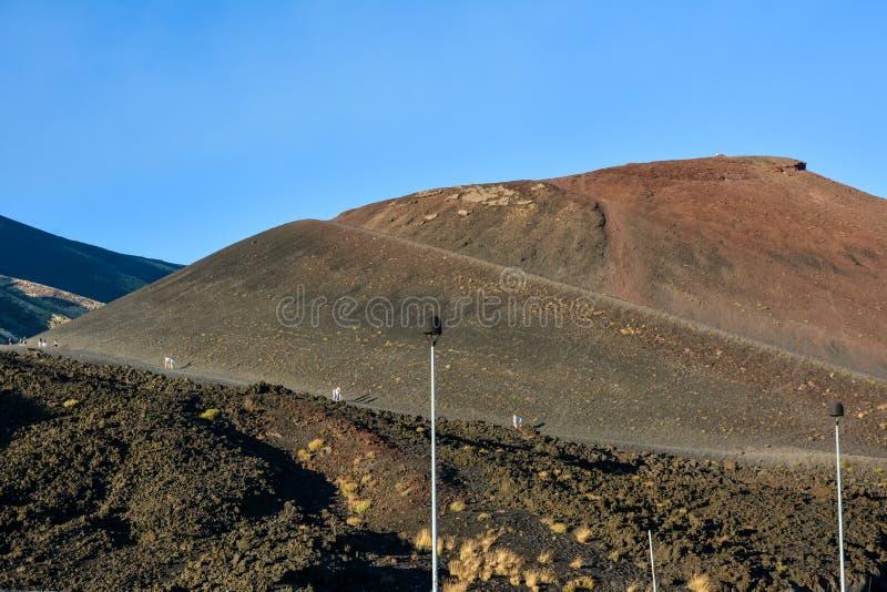 埃特纳火山,西西里岛,意大利-走在和平p的火山的人们 免版税库存图片