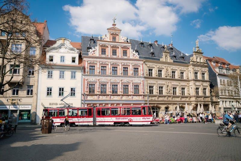 埃福特,德国 2019年4月7日 美好的老建筑学和一辆现代红色电车在市中心 免版税库存照片