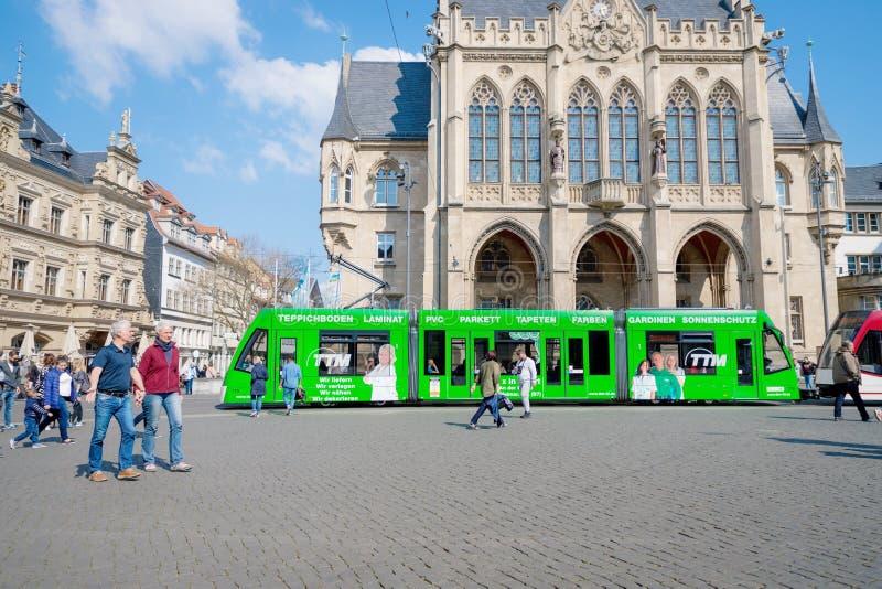埃福特,德国 2019年4月7日 美好的老建筑学和一辆现代绿色电车在市中心 库存图片