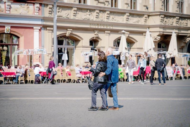 埃福特,德国 2019?4?7? 走在市中心的浪漫资深夫妇 库存照片