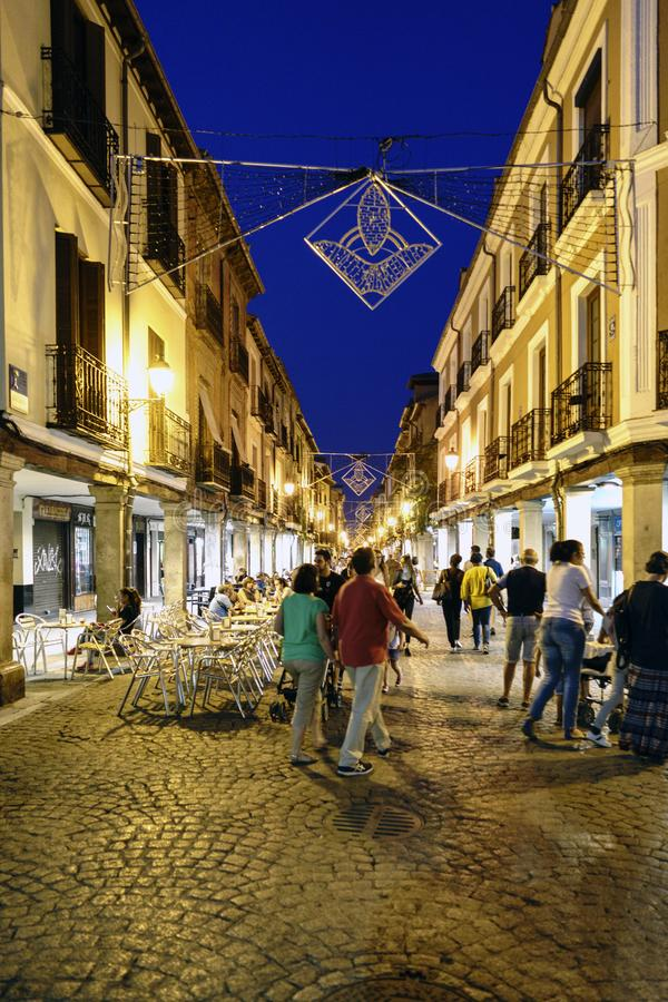 埃纳雷斯堡,马德里,西班牙 2017年9月8日:人们走在镇的大街上的晚上的在它的最旧的区域,加州 免版税库存图片