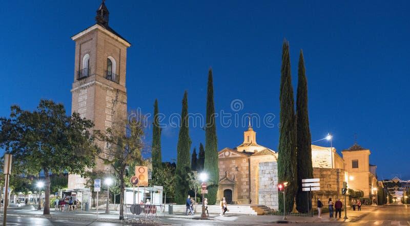 埃纳雷斯堡,马德里,西班牙 2017年12月8日;夜射击了圣玛丽亚和Plaza de罗德里格斯Ma教会的塔  免版税库存照片