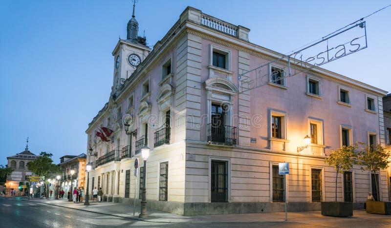 埃纳雷斯堡,马德里,西班牙 2017年12月8日;夜市政厅的视图门面有一光亮的与词组ha的标志 免版税库存照片