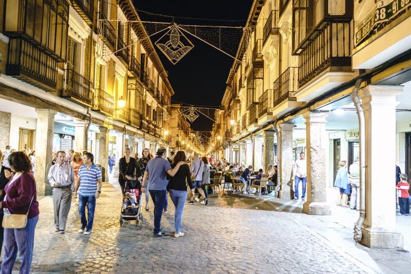 埃纳雷斯堡,马德里,西班牙 2017年9月8日;镇的大街的夜视图叫的 免版税库存照片