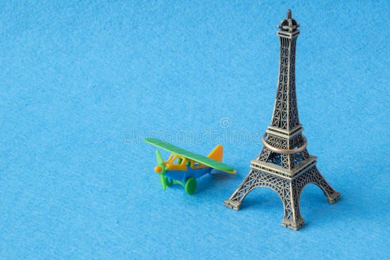 埃菲尔山与玩具飞机的塔模型 著名法国地标和飞机缩样,巴黎纪念品概念 免版税库存图片